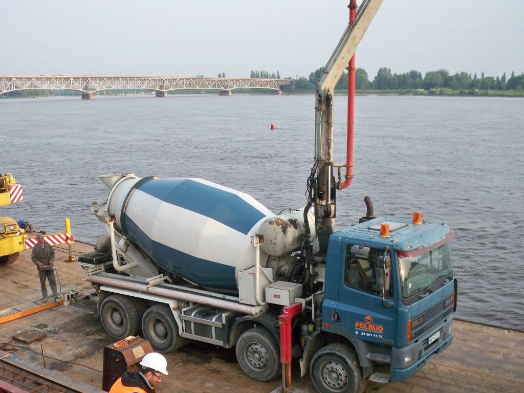 Pompogruszka Polbud'u na barce. Miejsce: rzeka Wisła - Płock .Concrete mixer VISTULA river.