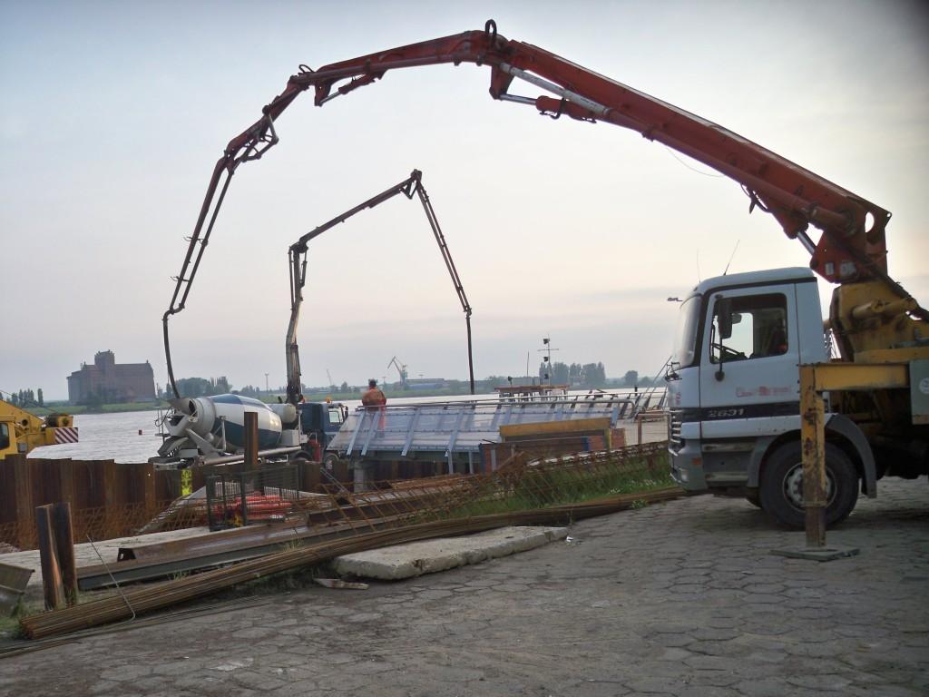Pompowanie betonu - budowa ostrogi mola w Płocku