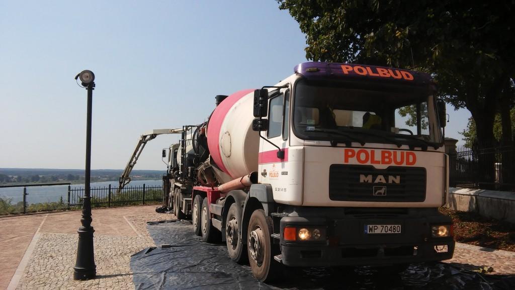 Pompowanie betonu w Płocku. Miejsce: wzgórze tumskie