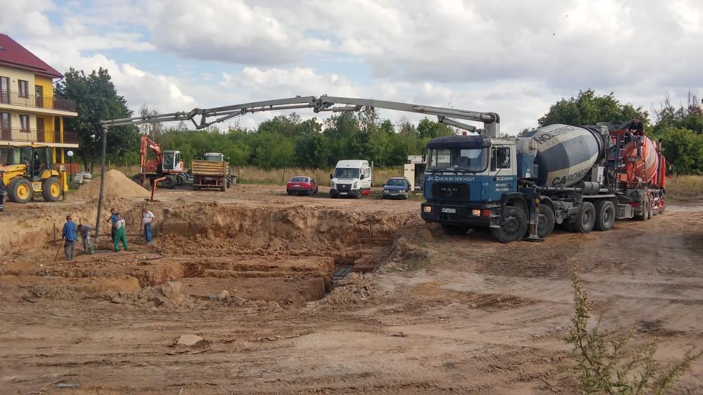 Betonowanie fundamentów pod blok w Gąbinie